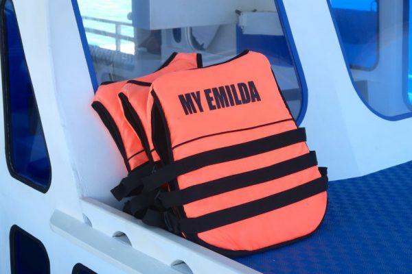 アイランドホッピングのボートのライフジャケット
