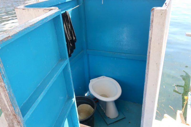 アイランドホッピングのボートのトイレ