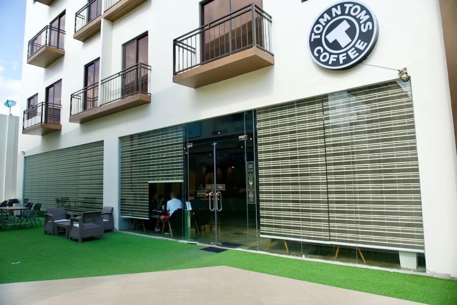 88th AvenueのTom's Coffee
